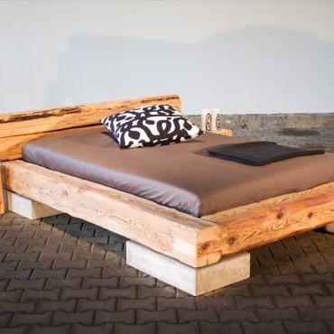 Einzelbett mit Betonfüßen