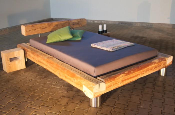 Einzelbett mit Edelstahlfüßen