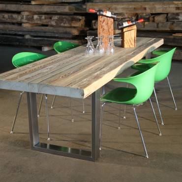 Tisch mit Edelstahlrahmen
